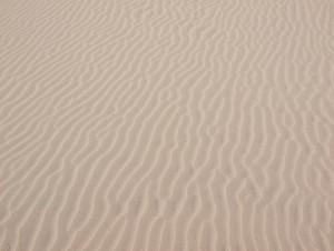 golvende zandstructuur op strand