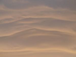 ochtendlucht met golvende wolkenstructuur